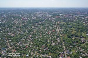 Съемка с дрона Аэрофотосъемка Полтавы. Вид вдоль монастырской улицы на центральную площадь