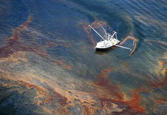 Аэрофотосъемка разлива нефти на море.